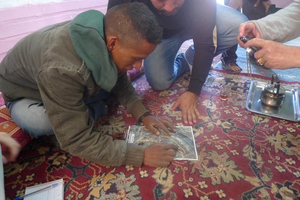 Mahmoud visar oss sina rödmarkerade hus på kartan han fått av de israeliska myndigheterna.