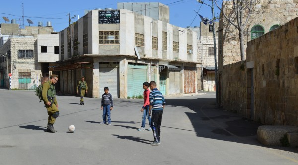 Interaktionen mellan barn och soldater I Hebron kan se mycket olika ut beroende på vad händer för stunden.