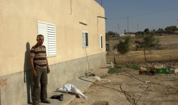 Ibrahim Muhammed Salim Nawawri utanför hans hus i Fasayil al- Tahta, där han bor tillsammans med elva andra familjemedlemmar varav fem är barn. I bakgrunden kan du se den israeliska bosättningen Tomer.