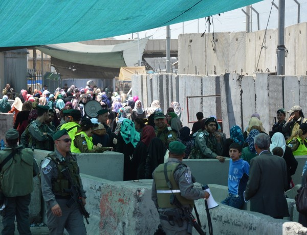 Unga kvinnor, vilka ej fått komma igenom vägspärren för att be i Jerusalem, har organiserat sig och med sina kroppar tryckt sig igenom, soldaterna finner det enda rätt i att vinka förbi resterande kvinnor och barn.
