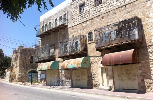 Handel och kommers är ett minne blott på Shuhada Street. Idag återstår igensvetsade portar med ett fåtal familjer på insidan.