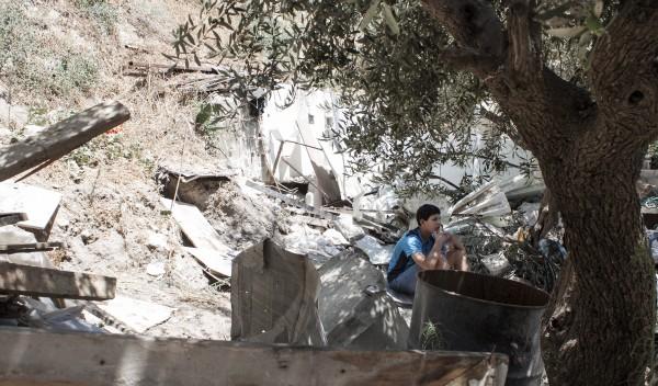 Äldsta sonen Abbasi sitter i resterna efter vad som som varit hans och hans syskons rum.