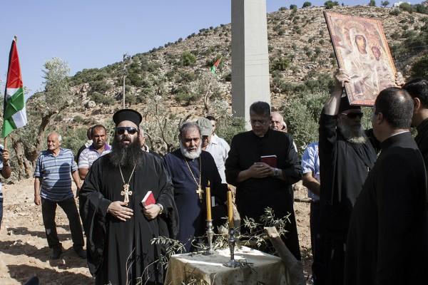 Gudstjänst i Bir Onah under öppen himmel. Under gudstjänsten deltog flera olika präster från olika kyrkor och församlingar.