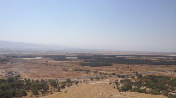 Vy över delar av Jordandalen med Jordanien i bakgrunden.