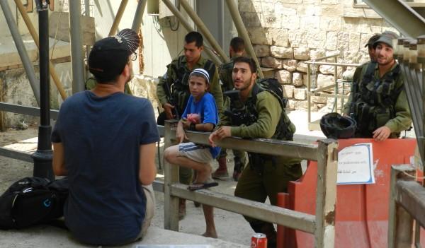 Före detta israelisk soldat från organisationen Breaking the Silence [3] i stundvis hetsig diskussion med dagens unga soldater i Hebron. Den israeliske pojken som ännu har ett par år kvar till tjänstgöring lyssnar nyfiket.