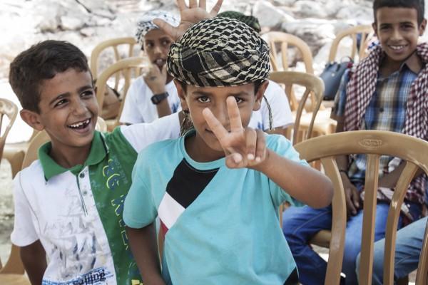 Några rastlösa pojkar som väntar på dagens stora event. Pojkarna på bilden tillhör Jahalinstammen och bor i Jaba al-Baba.