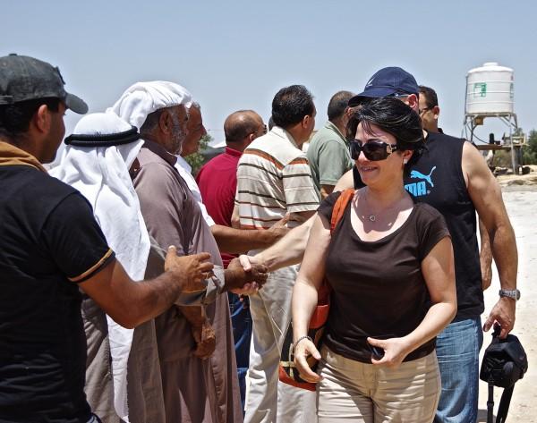 Haneen Zoabi, ledamot i Knesset, hälsar pa invånarna i byn Susiya.