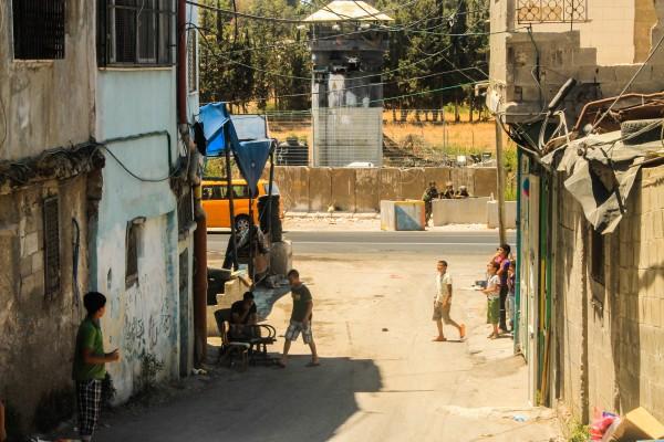En av ingångarna till flyktinglägret al-Aroub som ständigt bevakas av israelisk militär.