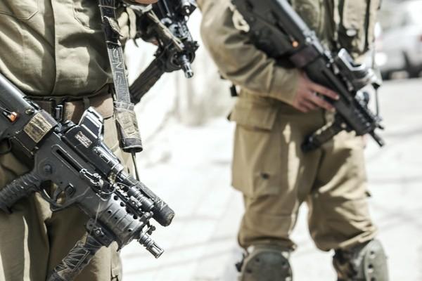 Soldater och vapen ständigt närvarande i Israel