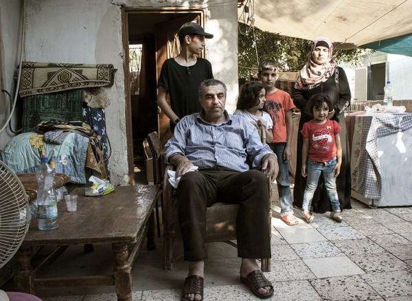 Familjen Amro. För tre månader sedan revs halva deras hus. De förlorade tre rum och köket samt trädgården och hönshuset.