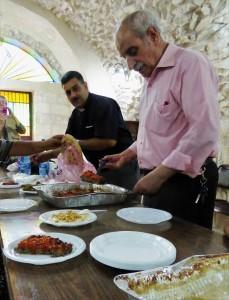 Fader Ibrahim och Abu Islam serverar oss mat under vårt möte med nätverket Anwar. Foto: Johanna Persdotter