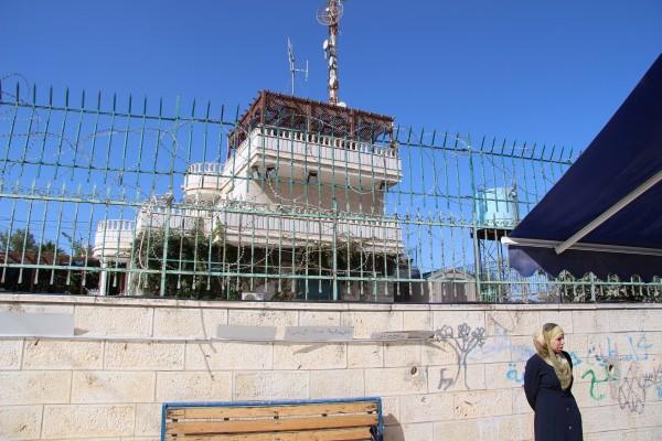 Bosättning alldeles intill skolan, avgränsas med en mur och stängsel. Foto: Sofia Magnusson