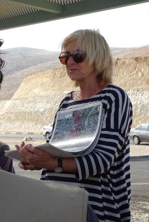 Den israeliska fredsaktivisten Angela Godfrey Goldstein visar hur ockupationen ser ut på en karta. Foto: Janine Fleischli