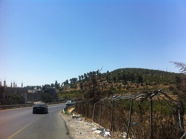 Vägen som riskerar att stängas av om Beit al-Baraka byggs om till israelisk bosättning. Utkanten av det palestinska flyktinglägret al-Aroub ett par hundra meter bort syns till vänster i bild. Foto: Jenny Nyström