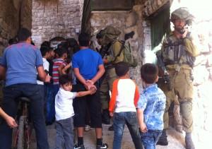 Varje vecka hålls en guidad tur i centrala Hebron för att visa israeliska bosättare stadens judiska historia. Militärpådraget är enormt och inte sällan hindras palestinier från att röra sig fritt eller ta sig till sina närliggande hem. Sällskapen på ibland uppemot 100 personer, med nästintill likvärdigt antal israeliska soldater, drar till sig uppmärksamhet i de trånga gränderna. Foto: Jenny Nyström