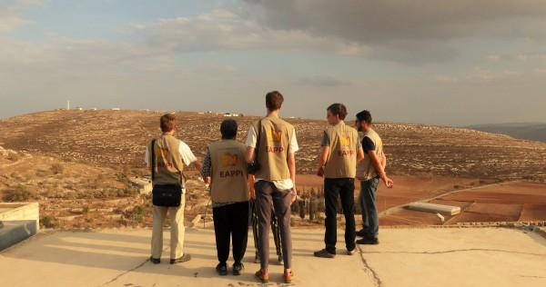 Följeslagarna blickar ut över Yanoun och de illegala bosättningarna som omger byn. Följeslagarna blickar ut över Yanoun och de illegala bosättningarna som omger byn. Foto: Johanna Persdotter.