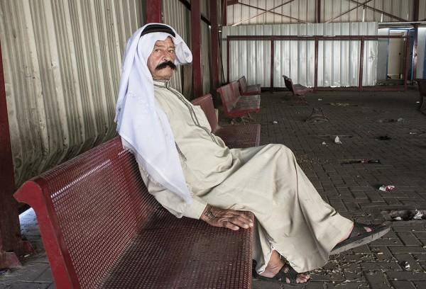 En pratstund med Abdul från Ramallah i väntsalen på Qalandiya. Foto: Erika Aldenberg