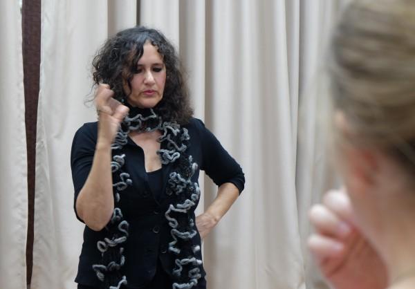 Nomika Zion från Other Voice föreläser i Sderot. Foto: Erik Svanberg