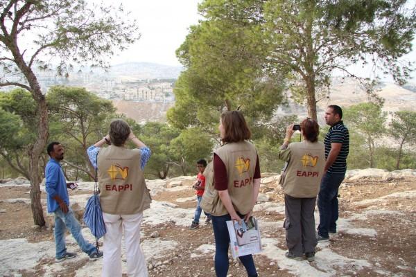 Atallah visar omgivningarna kring Jabal al Baba. Foto: Sofia Magnusson