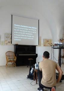 """Shay Davidovich från Breaking the Silence visar en video där vi får se hur militären uppmuntras agera med våld mot Palestinier vid vägspärrar. På filmduken står det """"Vägspärr i Huwara nära Nablus. Följande videomaterial spelades in av israeliska militärens (IDF) utbildningsavdelning som en del i en film om israeliska militärens (IDF) vägspärrar. I augusti 2004 läcktes detta videomaterial till Israelisk media och publicerades."""" Foto: Johanna Persdotter"""