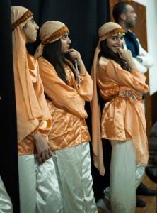 Donia och hennes vänner väntar på sin tur under dansuppvisningen i flyktinglägret Dheisheh. Foto: Björn Gunnar Saltnes
