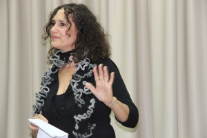 Nomika Zion berättar om sitt engagemang i gräsrotsorganisationen Other voice. Foto: Sofia Magnusson