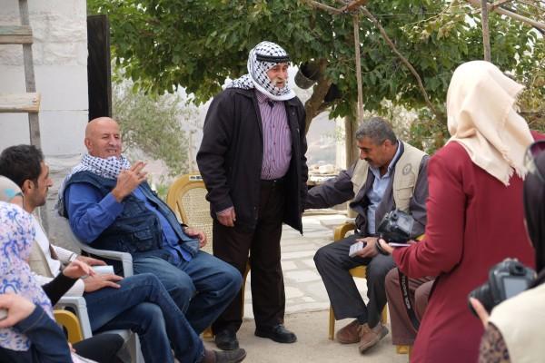 Volontärer från Nablus, som hjälpt till vid olivskörden i grannbyn, besöker Jalud för att ge stöd åt familjerna – och presenter åt barnen. Foto: Erik Svanberg