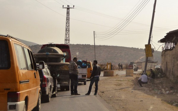 Kö börjar bildas då vägspärren i Beit Furik stängts av. Foto: Johanna Persdotter