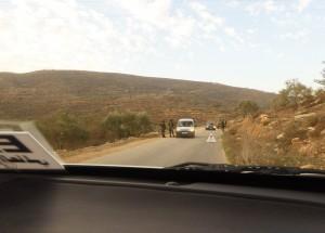 Blockerad väg in till byn Aqraba. Foto: Johanna Persdotter