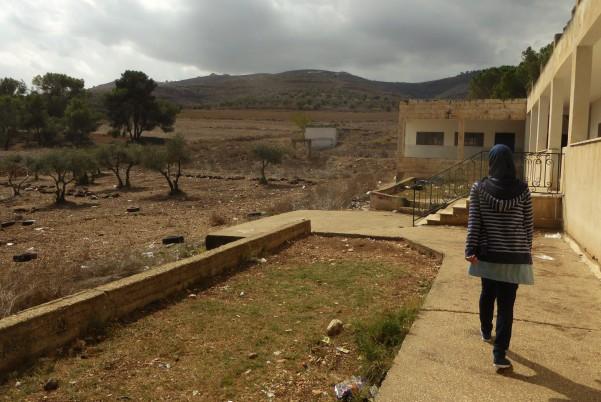 Eleverna visar oss runt sin skola i Burin. På andra sidan vägen från skolan ligger bosättningen Yitzhar och den israeliska militären har ett vakttorn med sikt ut över skolgården. Foto: Johanna Persdotter