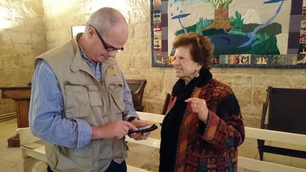 Jean Zaru i samtal med Paul Longden, följeslagare från Storbritannien. Foto: Marianne Claesson.