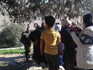Folksamling vid den avspärrade vägen till skolan. Foto: Irene Benitez