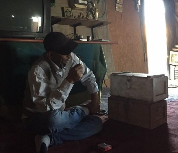 Abu Khamis i byns samlingshus. Foto: Mayara Carvalho