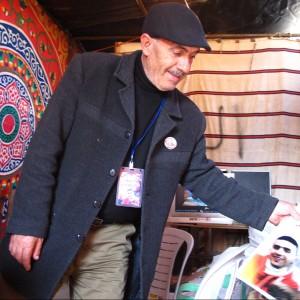 1.Sohaib visar oss en bild av sin bortgångna son Shadi. Foto: Eric Röst