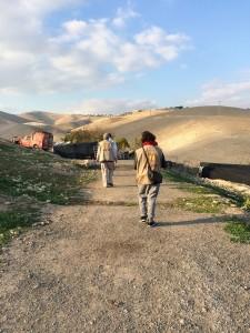 Följeslagare i Khan al-Ahmar. Foto: Malin Andrén