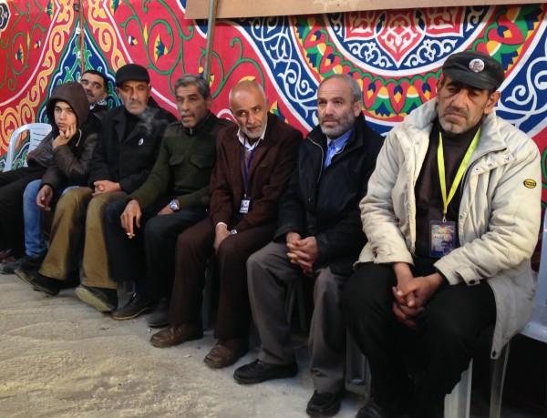 2.Manliga familjemedlemmar sitter ner för att prata. Foto: Irene Benitez