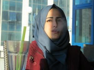 Haya Dawod avnjuter vattenpipa. Foto: Eric Röst.