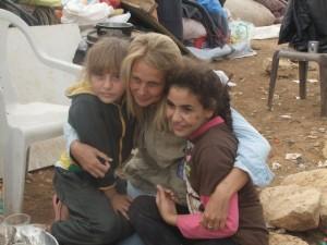 Följeslagare Sofia Claesson med Abu Saker och Rokayas döttrar, Sumud och Sabrine Saker i al-Hadidya. Foto: Gaelle Le Gauyer.