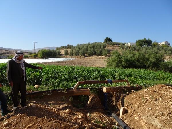 Begränsat vattenuttag från byns egen källa. Abu Abdallah visar vattenledningen. Foto: Kristian Ellinggard