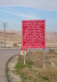 Skylt efter vägen som klargör förbudet och risken för israeliska medborgare att resa in i område A på Västbanken. Foto: Marianne Claesson