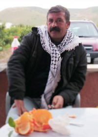 Tawfiq Haj Mohamad i ett samtal efter att vi besökt de välskötta växthusen med tomater. Byn Fursh Beit Dajan har förlorat 12000 av sina 14000 dunum mark till bosättningar, men har räddat sin väg efter skador vid militärövning och planerar för elektrifiering. Foto: Marianne Claesson