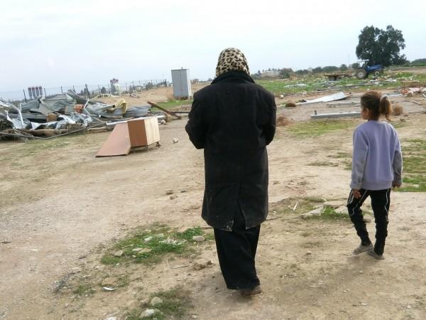 Ezra och hennes mamma Fadia Jahaleen framför deras rivna bostad, nära Jeriko, i en ficka av mark som ingen annan gör anspråk på. Soldaterna kom tidigt på morgonen och de fick ingen tid på sig att rädda sina saker. Foto: Marianne Claesson