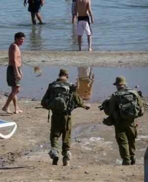 Soldater med full mundering på stranden. Foto: Mathilda Lindgren