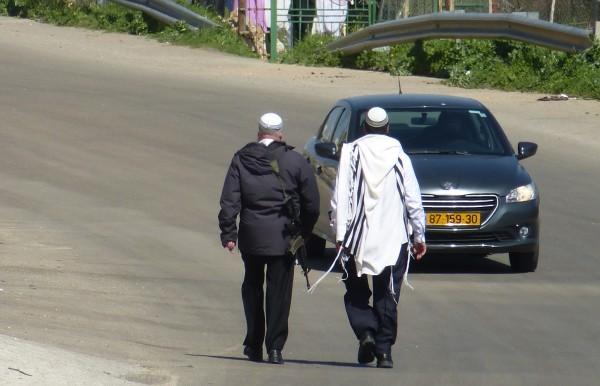 Bosättare på hemväg från synagogan längs Prayer's Road. Foto: Laurent Merer