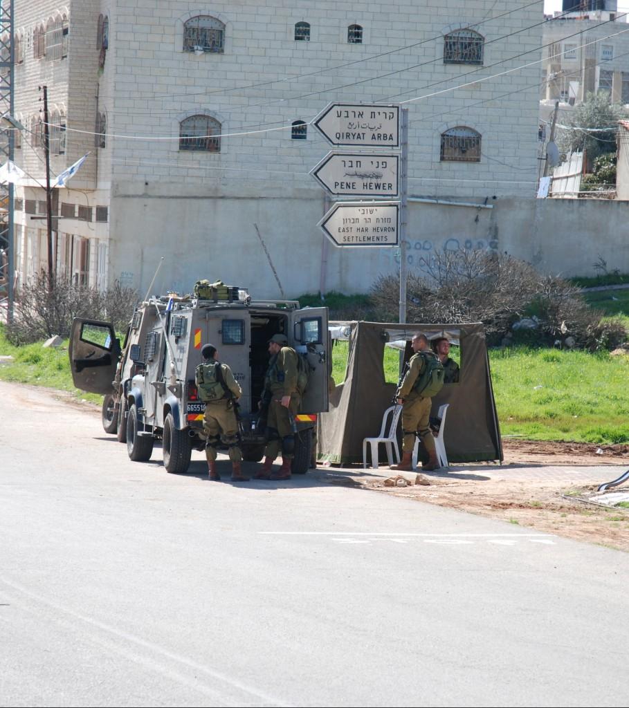 Den militära vägspärren på Prayers Road utanför den infarten till den illegala bosättningien Kiryat Arba. Foto: Karl-Göran Sundvall