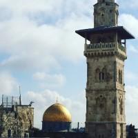 Klippmoskén står i Jerusalems Gamla Stad. Till vänster om den syns en israelisk övervakningskamera. Foto: Malin Andrén