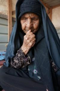 110-åriga Rafi'ah al-Hammadeen funderar på hur gammal hon var när hon gifte sig för första gången. Till slut kommer hon fram till att hon var 12-13 år gammal. Foto: Elin Jansson Holmberg