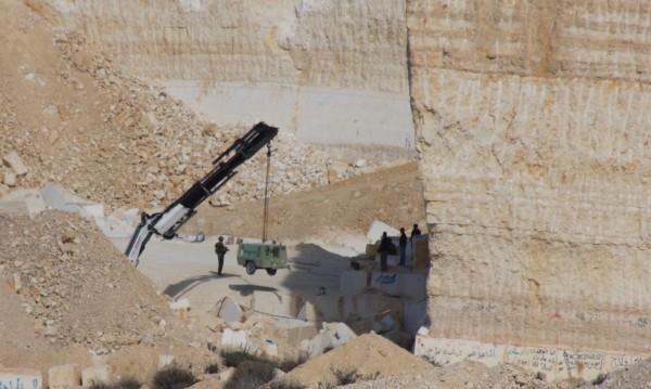 Israelisk militär konfiskerar material från företagaren Ala al-Twee. Foto: E. Törnlund
