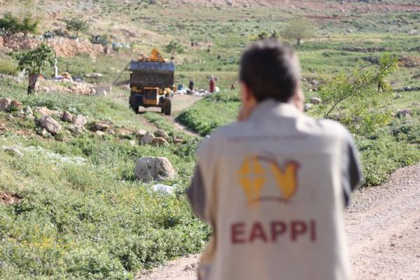 En bulldozer är på väg att lämna den platssen efter att ha raserat en familjs hem i Khirbet Tana. Foto: Josefin H. Lämås