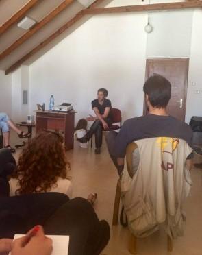 Nadav delar av sin historia som soldat för oss följeslagare. Foto: Petra Ludwig